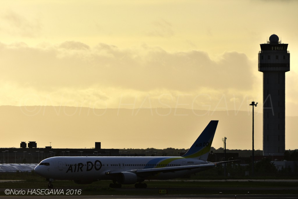 AIR DO's 767-300 in sunset