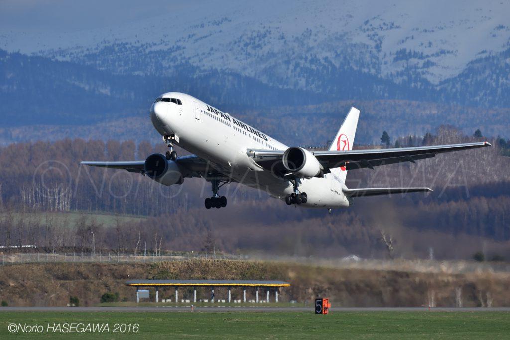 春の旭川空港を飛び立つJALの767